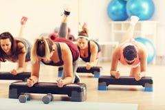Gruppo di donne incinte durante la classe di forma fisica Fotografia Stock