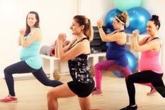 Gruppo di donne incinte durante la classe di forma fisica Immagini Stock