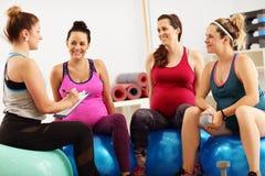 Gruppo di donne incinte durante la classe di forma fisica Immagine Stock