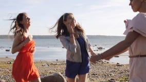Gruppo di donne o di ragazze sorridenti che ballano sulla spiaggia 69 video d archivio