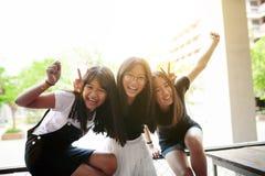 Gruppo di emozione asiatica di felicità dell'adolescente e di stile di vita di rilassamento fotografia stock libera da diritti