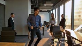 Gruppo di emploees divertenti che ballano nell'ufficio video d archivio