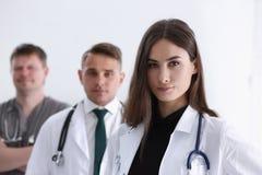 Gruppo di erba medica che posa fiero nella fila e Immagini Stock Libere da Diritti