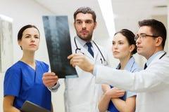 Gruppo di erba medica con la ricerca dei raggi x della spina dorsale all'ospedale fotografia stock libera da diritti