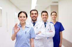 Gruppo di erba medica o di medici felici all'ospedale Fotografia Stock