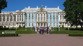 Gruppo di escursione a Catherine Palace Tsarskoye Selo, St Petersburg stock footage