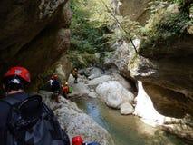 Gruppo di escursionisti dans le gola Photos libres de droits