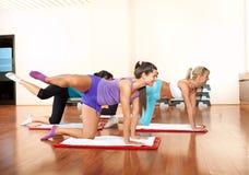 Gruppo di esercitazione delle giovani donne Immagini Stock
