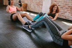 Gruppo di esercitazione femminile nel healthclub Fotografia Stock Libera da Diritti