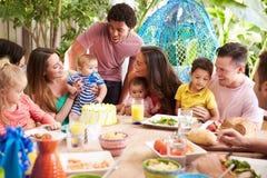Gruppo di famiglie che celebrano il compleanno del bambino a casa fotografia stock libera da diritti