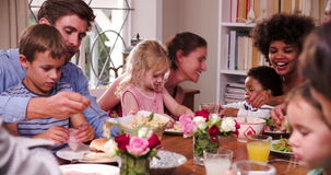Gruppo di famiglie che hanno pasto a casa insieme archivi video
