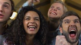 Gruppo di fan che sostiene gruppo favorito in pub, partito del campionato di sorveglianza stock footage
