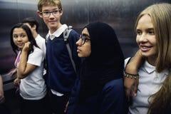 Gruppo di felicità insieme sorridente degli amici degli studenti Immagini Stock Libere da Diritti