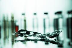 Gruppo di fiale con una medicina trasparente in laboratorio medico Fotografie Stock Libere da Diritti