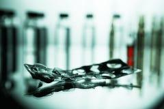Gruppo di fiale con una medicina trasparente in laboratorio medico Fotografia Stock Libera da Diritti
