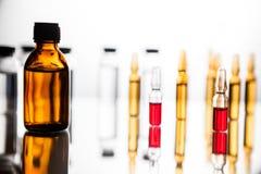 Gruppo di fiale con una medicina trasparente in laboratorio medico Fotografia Stock