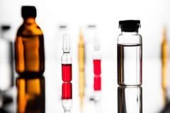 Gruppo di fiale con una medicina trasparente in laboratorio medico Immagine Stock Libera da Diritti