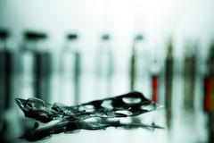 Gruppo di fiale con una medicina trasparente nel laborat medico Immagini Stock