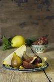 Gruppo di fichi sulla tavola di legno rustica Fotografie Stock Libere da Diritti