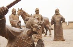 Gruppo di figure combattenti al muro di cinta antico di Ping Yao, provincia di Shanxi, l'ultimo muro di cinta intatto restante i  immagini stock