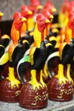 Gruppo di figurina ceramica variopinta d'elaborazione decorativa del pollo, ricordo fatto a mano in Asia per la decorazione domes Fotografia Stock