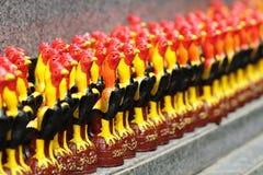 Gruppo di figurina ceramica variopinta d'elaborazione decorativa del pollo, ricordo fatto a mano in Asia per la decorazione domes Fotografie Stock