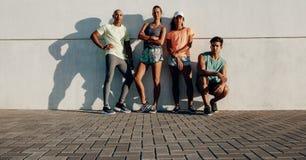 Gruppo di forma fisica che sta insieme dopo l'allenamento Fotografie Stock Libere da Diritti