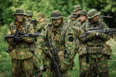 Gruppo di forze speciali dei soldati durante l'incursione nella foresta Fotografia Stock