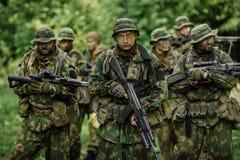 Gruppo di forze speciali dei soldati durante l'incursione nella foresta Fotografie Stock Libere da Diritti