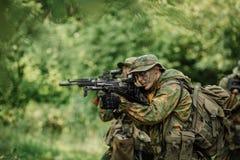 Gruppo di forze speciali dei soldati durante l'incursione nella foresta Fotografia Stock Libera da Diritti