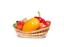 Gruppo di frutta e di merce nel carrello delle verdure Fotografia Stock