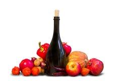 Gruppo di frutta e di verdure con la bottiglia Fotografie Stock