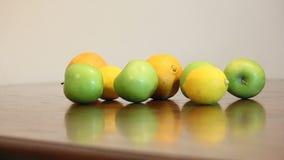 Gruppo di frutta sulla tavola video d archivio