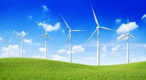 Gruppo di generatori eolici sulla collina verde fotografie stock