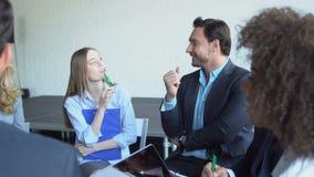 Gruppo di gente di affari di 'brainstorming' di riunione della riuscita corsa Team Planning New Strategy Together della miscela n video d archivio