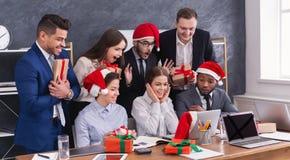Gruppo di gente di affari in cappelli di Santa in ufficio immagini stock