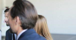 Gruppo di gente di affari che discute nuovo piano del progetto nel corso della riunione di conferenza nella sala riunioni, gruppo stock footage
