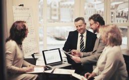 Gruppo di gente di affari che discute un documento importante fotografia stock