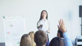 Gruppo di gente di affari che fa domanda al rapporto finanziario di Leading Presentation Discussing della donna di affari archivi video