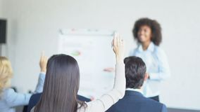 Gruppo di gente di affari che fa domanda a sala per conferenze moderno di Leading Presentation In della donna di affari stock footage