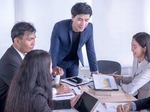 Gruppo di gente di affari che lavora con il progetto Giovane capo che presenta le idee per il progetto al suo gruppo di affari immagine stock libera da diritti