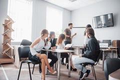 Gruppo di gente di affari che lavora insieme e che comunica nell'ufficio creativo fotografie stock