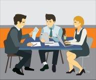Gruppo di gente di affari che lavora insieme e che comunica nell'ufficio moderno illustrazione di stock