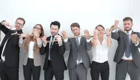 Gruppo di gente di affari che rompe una forte corda fotografia stock libera da diritti