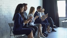 Gruppo di gente di affari che utilizza gli Smart Phone delle cellule che scrive i messaggi a macchina sulle persone di affari mod stock footage