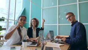 Gruppo di gente di affari della corsa mista che mostra i pollici su nell'ufficio 4K archivi video