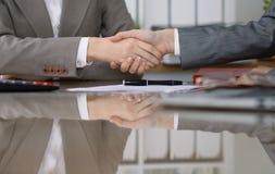 Gruppo di gente di affari o di avvocati alla riunione che stringe le mani, primo piano Fotografia Stock Libera da Diritti
