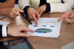 Gruppo di gente di affari o di avvocati alla riunione, primo piano delle mani Immagini Stock