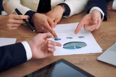 Gruppo di gente di affari o di avvocati alla riunione, primo piano delle mani Fotografia Stock Libera da Diritti
