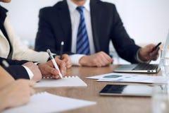 Gruppo di gente di affari o di avvocati alla riunione, primo piano delle mani Immagini Stock Libere da Diritti